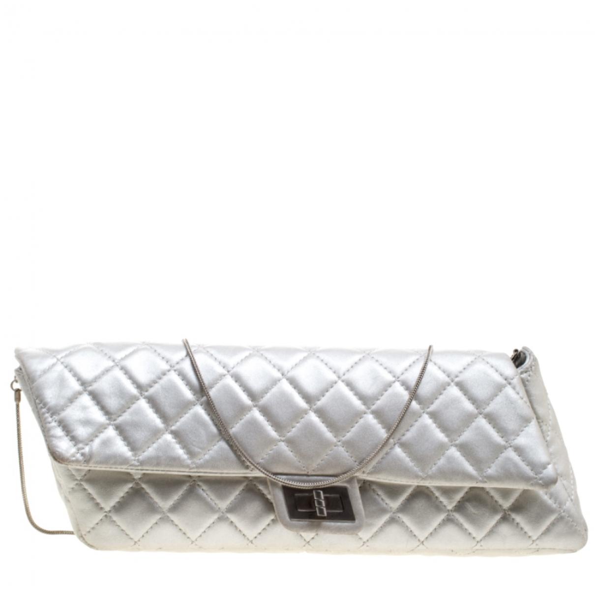Chanel 2.55 Clutch in  Silber Leder