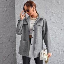 Mantel mit sehr tief angesetzter Schulterpartie und Taschen Flicken