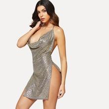 Metallisches Kleid mit Motorhaubenhals und hohem Schlitz