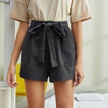 Shorts con cinturon con parche con bolsillo
