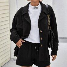 Texturierter Mantel mit sehr tief angesetzter Schulterpartie und Taschen Klappe