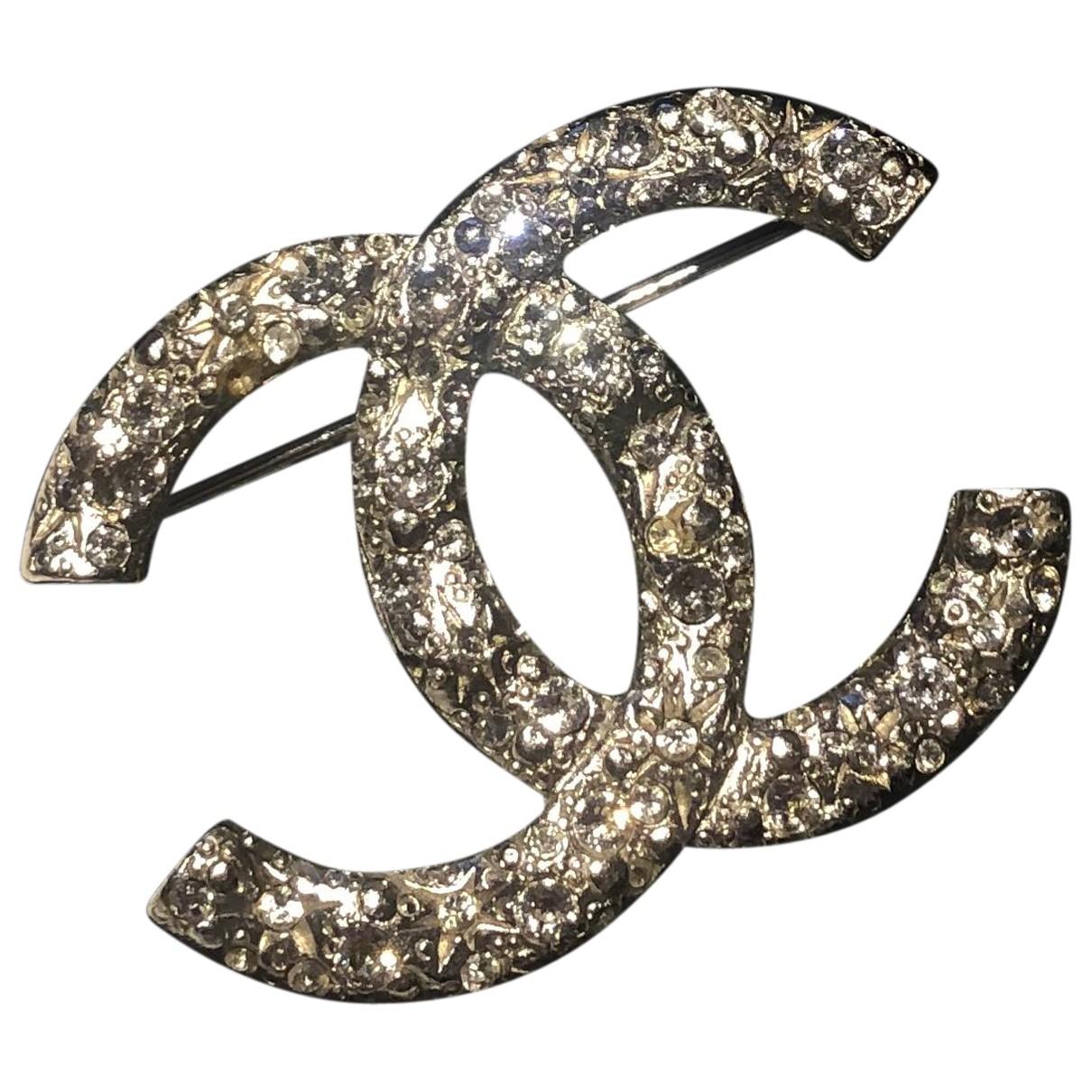 Broche CC en Plastico Plateado Chanel