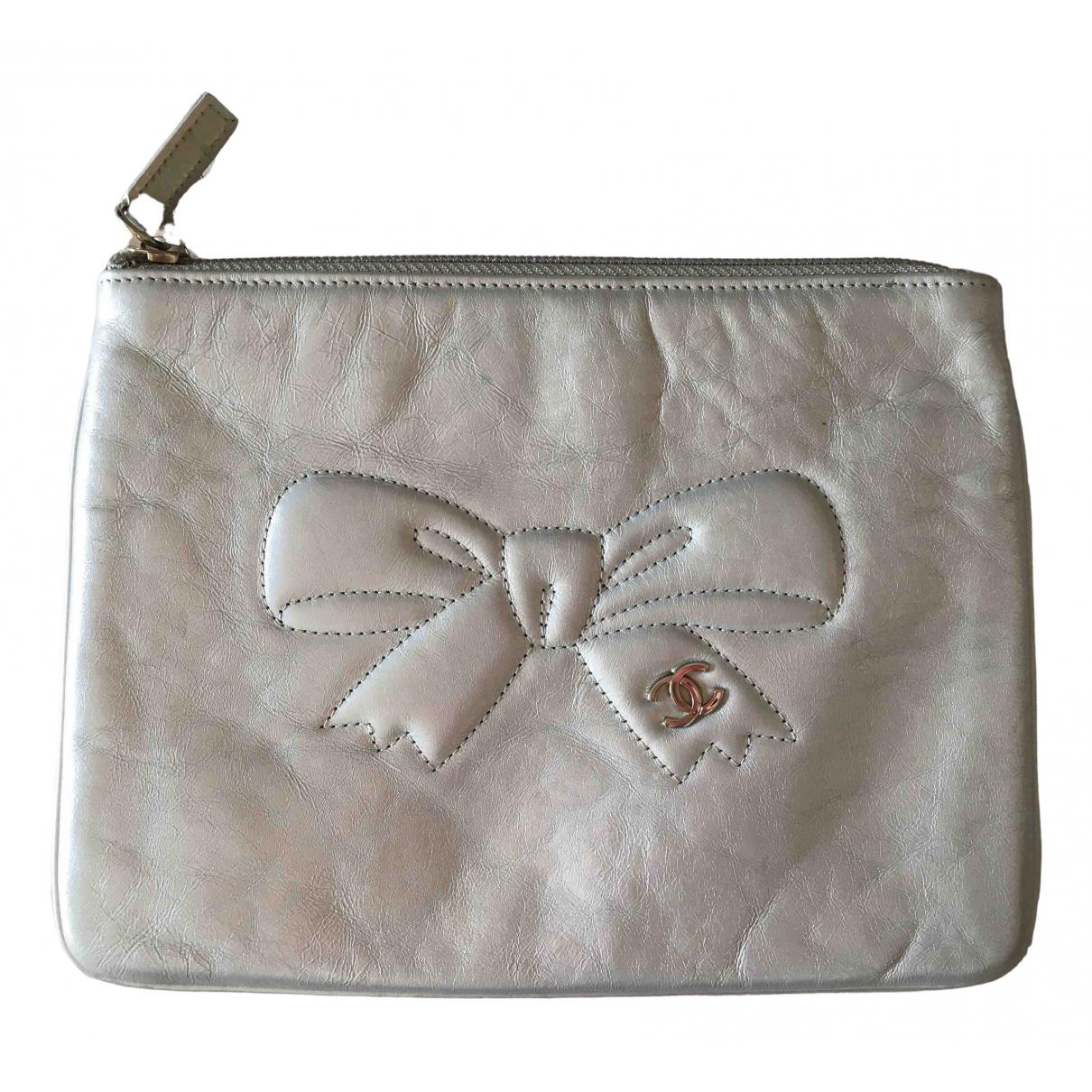 Chanel \N Clutch in  Silber Leder