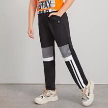 Pantalones de niños de color combinado con diseño de parche de numero