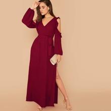 Kleid mit Ausschnitt an Ärmeln, Rueschenbesatz und Schlitz