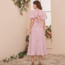 Kleid mit Puffaermeln, Ausschnitt, Band hinten und Raffungsaum