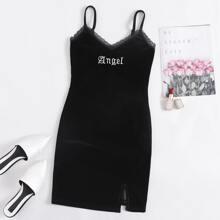 Samt Slip Kleid mit Spitzenbesatz, Buchstaben Stickereien und Schlitz am Saum