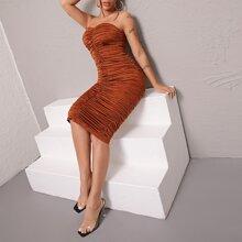 Schulterfreies Kleid mit Ruesche