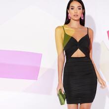 Figurbetontes Kleid mit Twist vorn, Ausschnitt und Rueschen