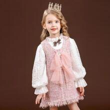 Bluse mit Schosschenaermeln & Tweed Kleid mit Fransen