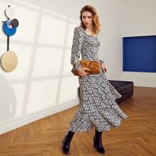 Mehrschichtiges Kleid mit Rueschen auf Bueste, Lanternenaermeln und Gaensebluemchen Muster