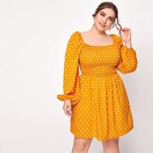 Kleid mit Punkten Muster, Rueschen und quadratischem Kragen