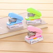 1pc Mini Random Stapler With Staple