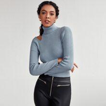 Einfarbiger Pullover mit gerolltem Kragen und Ausschnitt auf Schulter