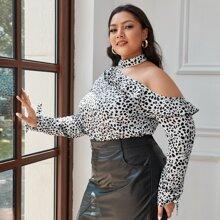 Bluse mit Dalmatiner Muster, asymmetrischem Kragen und Rueschen