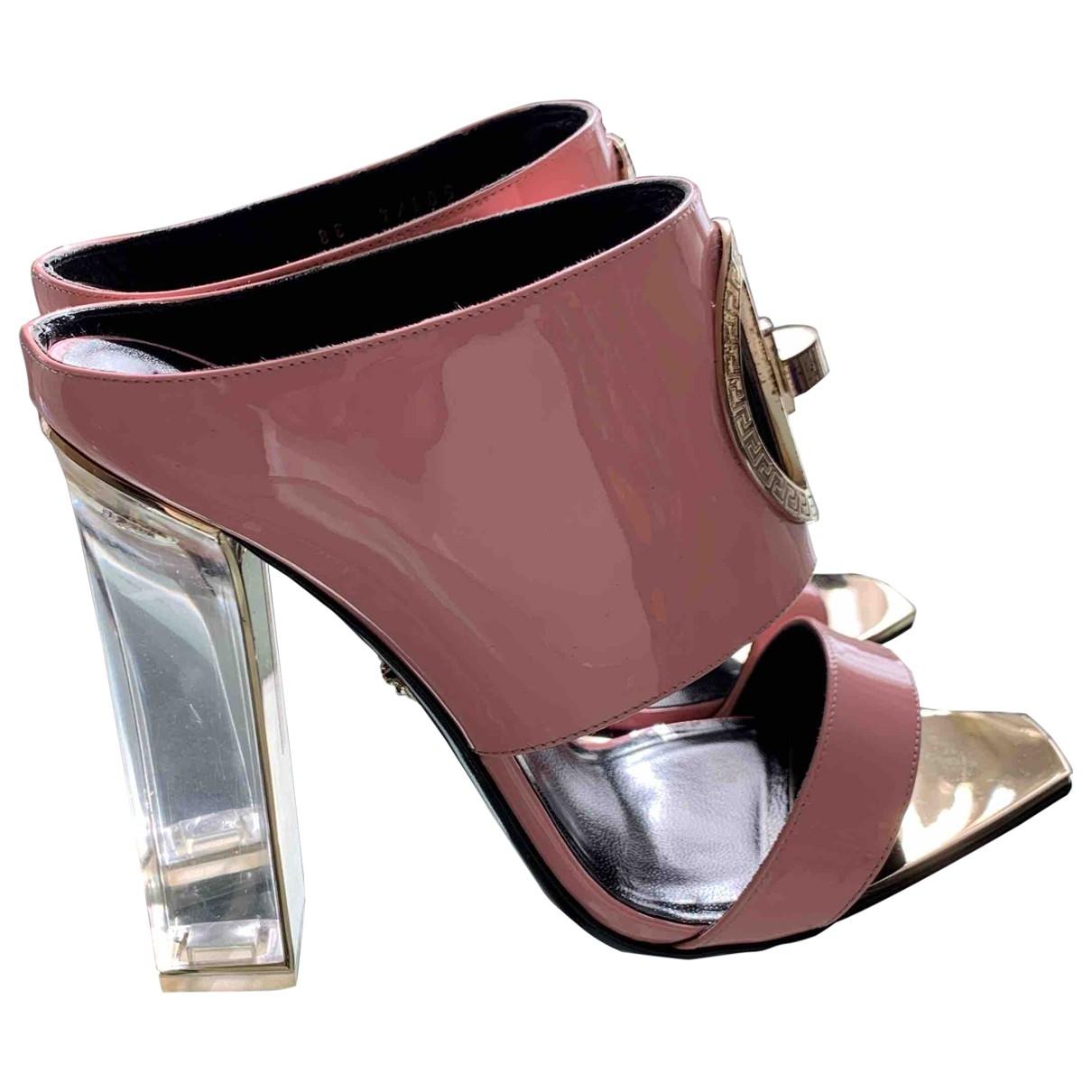 Versace - Sandales   pour femme en cuir verni - rose