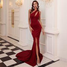Kleid mit einer Schulter, Ausschnitt und Schlitz