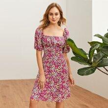 Kleid mit doppelten quadratischen Kragen, Rueschen auf Bueste und Blumen Muster