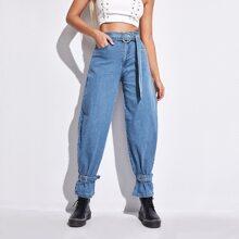 Jeans mit schraegen Taschen und Guertel