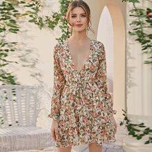 Kleid mit tiefem Kragen, Rueschen, Guertel und Blumen Muster