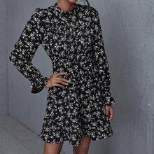 Vestido con estampado floral bajo con fruncido de manga campanuda