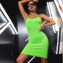 Vestido con textura con tira con cadena neon