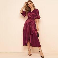Satin Kleid mit Rueschen auf Manschetten und asymmetrischem Saum