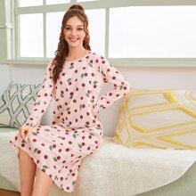 Nachtkleid mit Kirschdruck