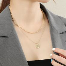 Mehrschichtige Halskette mit geometrischem Anhaenger