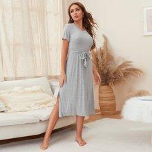 Lounge Kleid mit seitlichem Schlitz und Guertel
