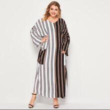 Gespleisstes Maxi Kleid mit Streifen und sehr tief angesetzter Schulterpartie