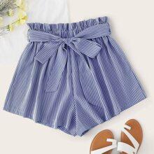 Shorts mit Papiertasche um die Taille, Selbstguertel und Streifen