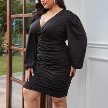 Einfarbiges Kleid mit Ruesche