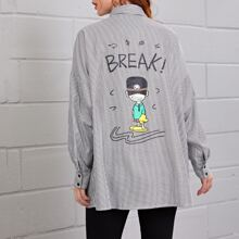 Camisa de hombros caidos con bolsillo con estampado de letra y figura