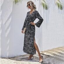 Kleid mit Bluemchen & Stamm Muster, Schlitz und Guertel